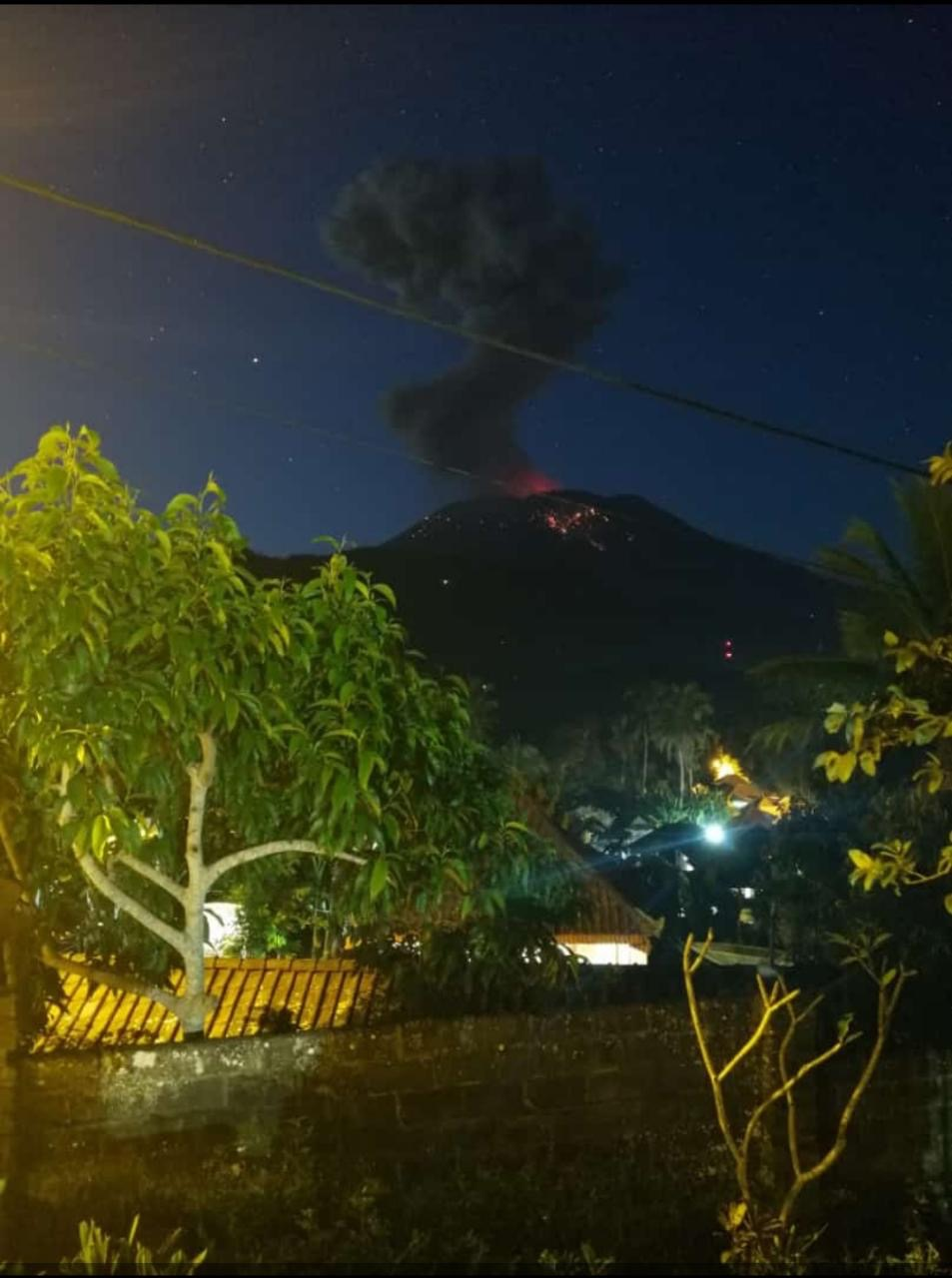 Mount Agung Eruption 21 April 2019.jpg